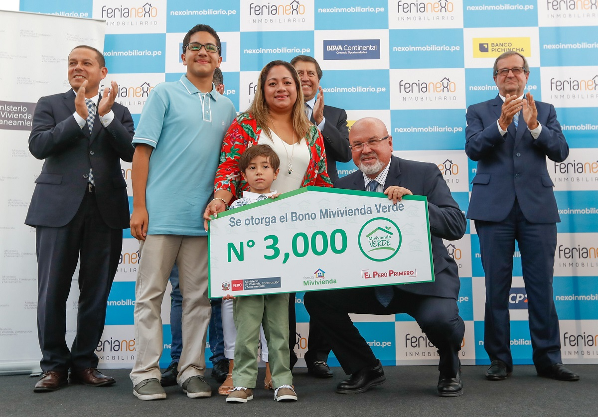 Ministro Bruce entrega Bono Verde N° 3000 a beneficiario de Crédito Mivivienda
